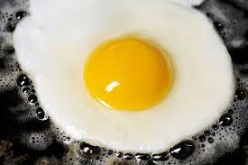 Uova al  tegamino: con cosa mangiarlo