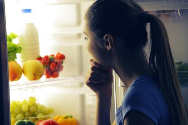 Gli alimenti nella parte bassa del frigorifero