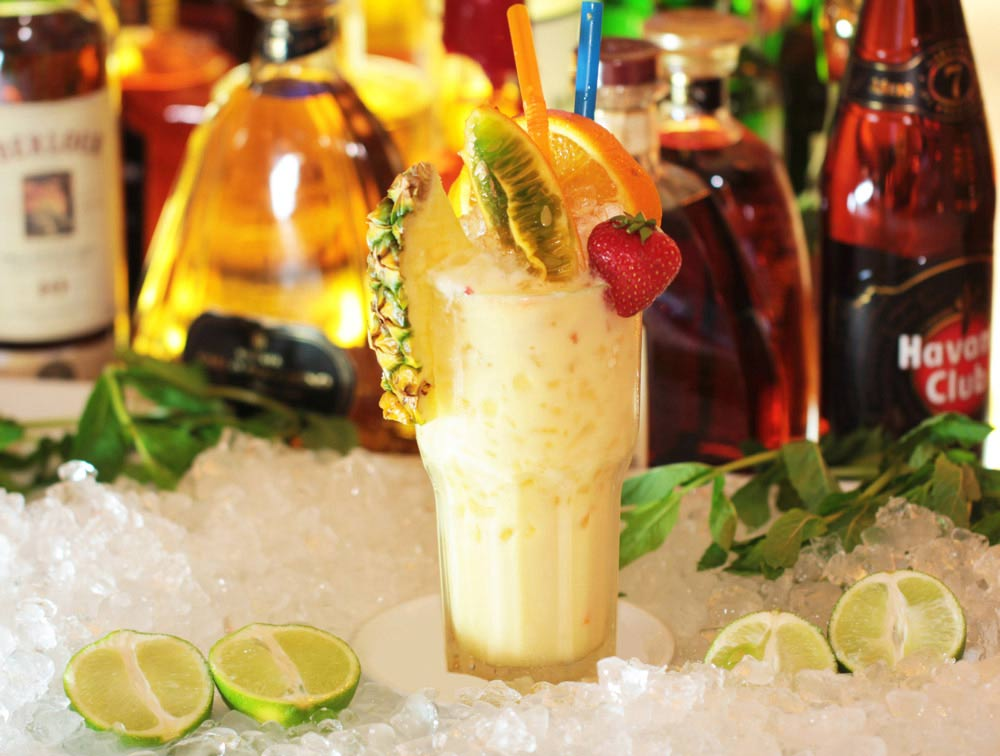 Cinque cocktail a base di ananas