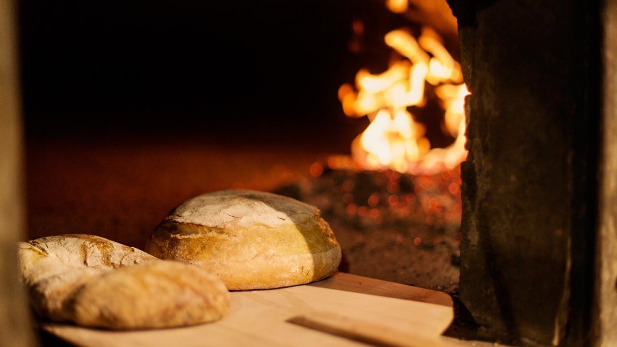 Come cuocere pane nel forno legna