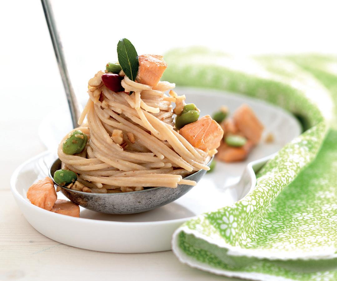 Spaghetti con salmone fave e noci