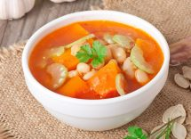 Zuppa di pomodoro con zucca e fagioli
