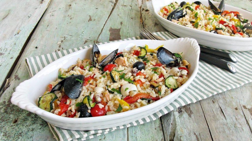 Insalata di riso con pesce e verdure 1 1024x576