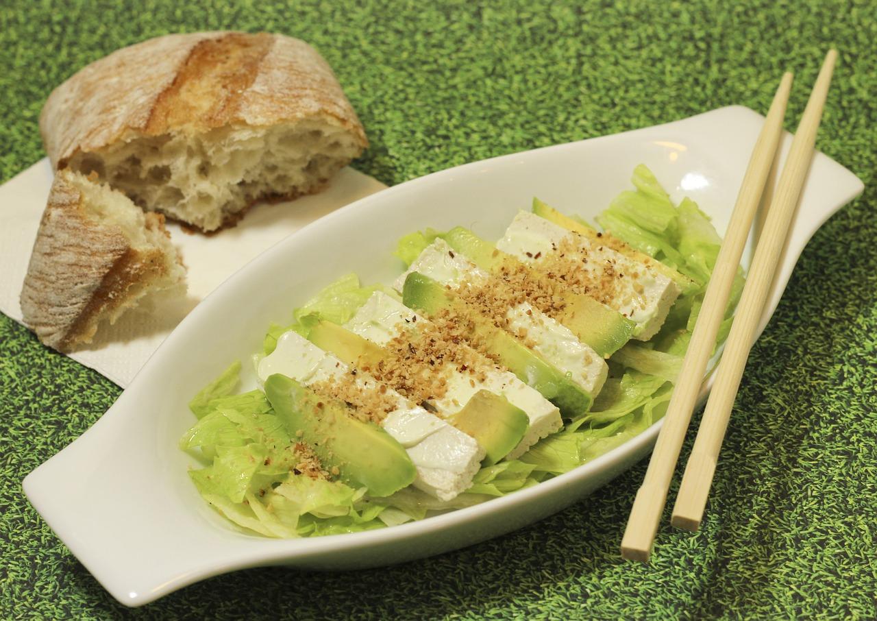 insalata di tofu, avocado e polpa di granchio