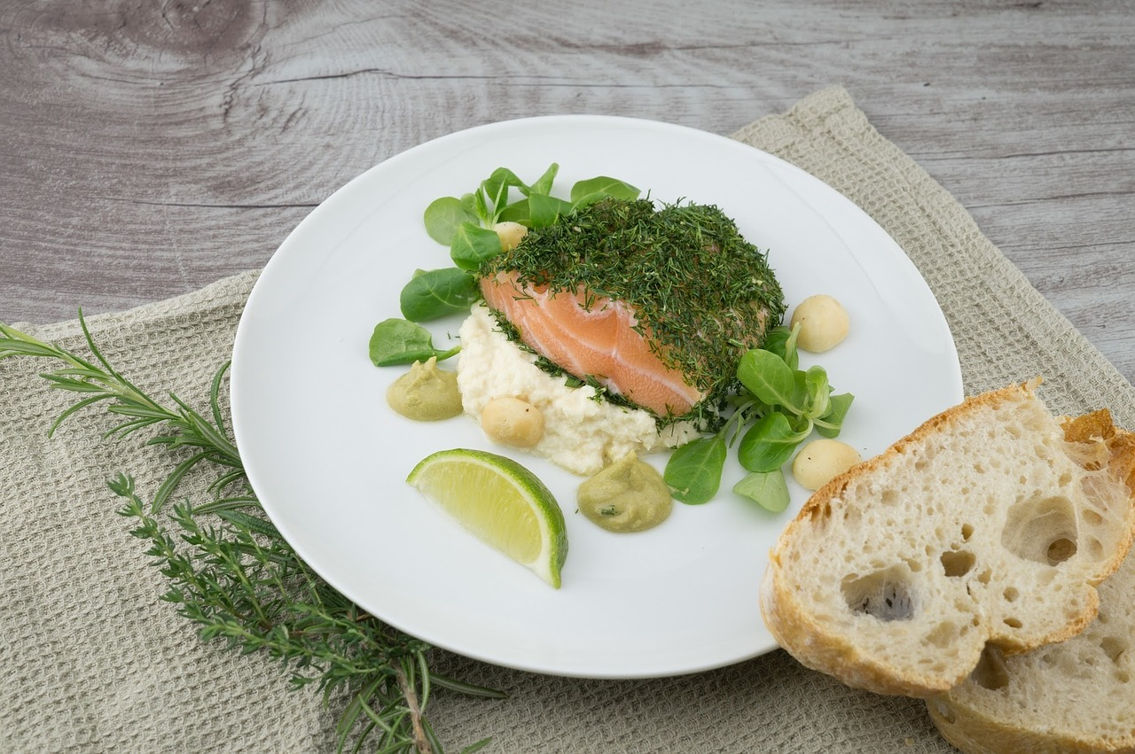salmone al forno con avocado