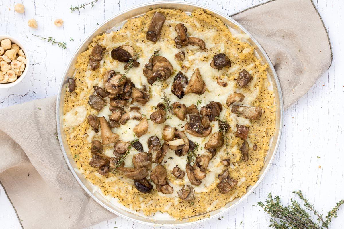 pizza di polenta taragna con formaggio casera e funghi al timo good food lab