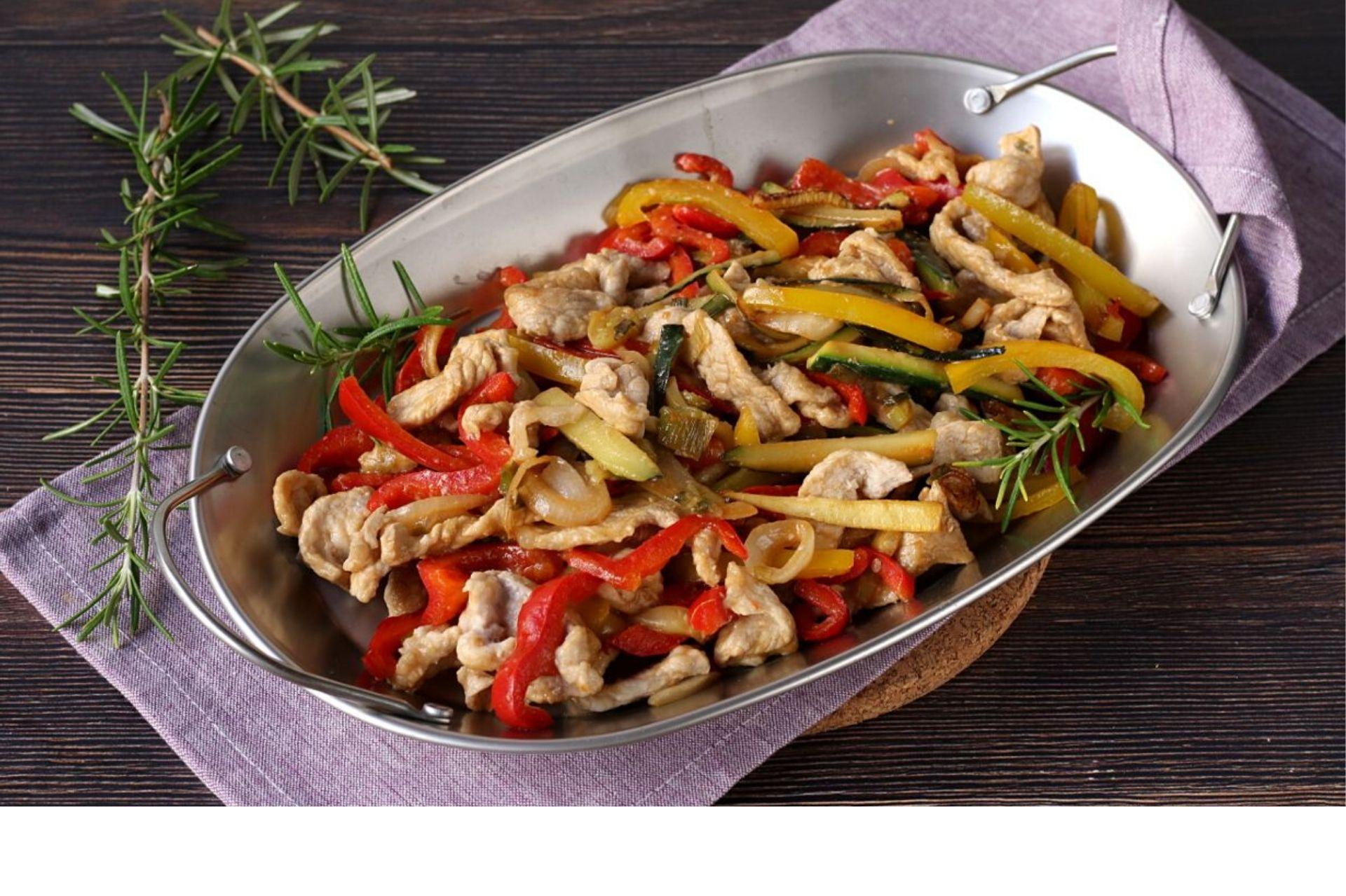 Straccetti di pollo al forno con peperoni e zucchine