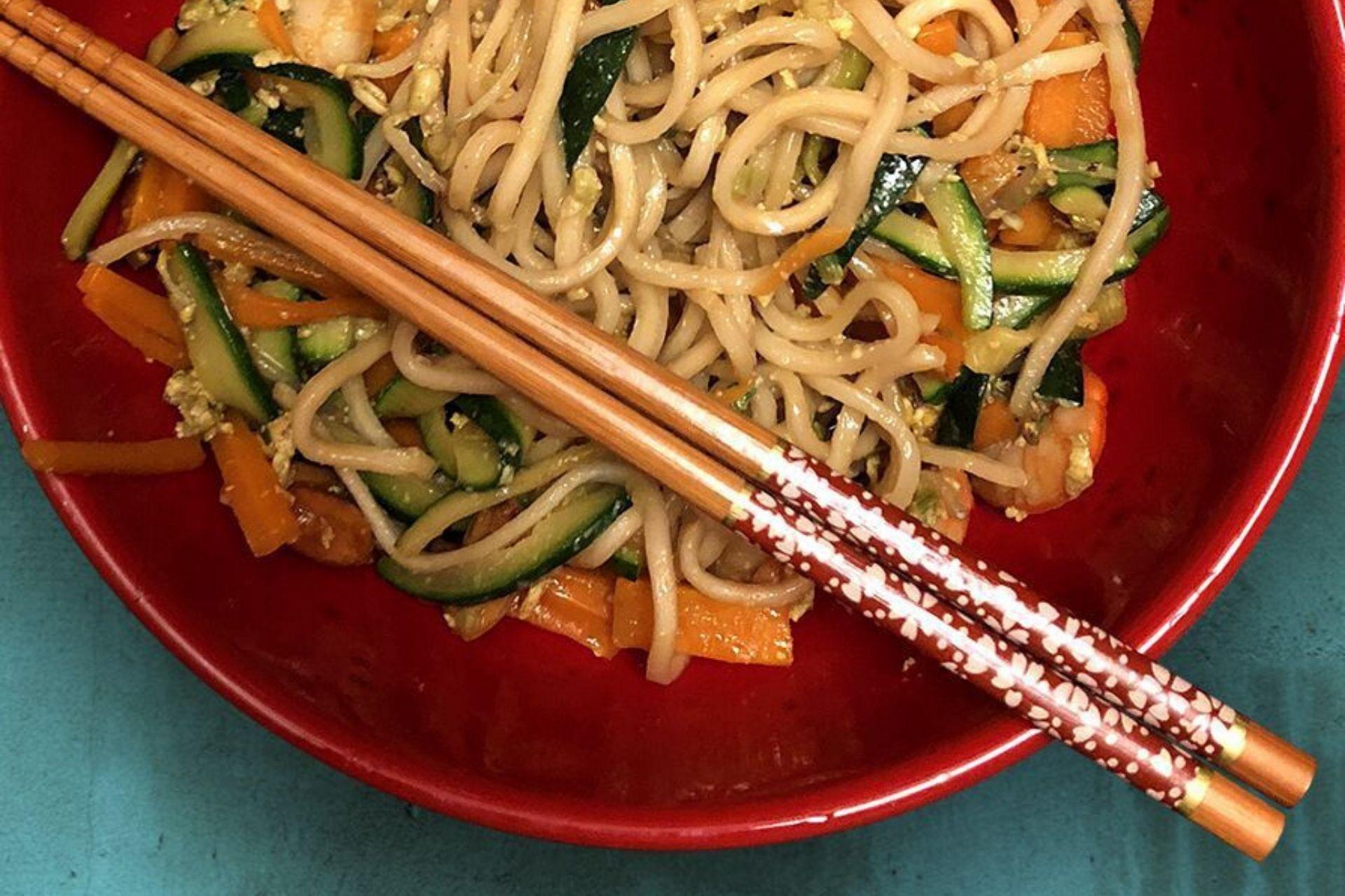 noodles cinesi con verdure e gamberi