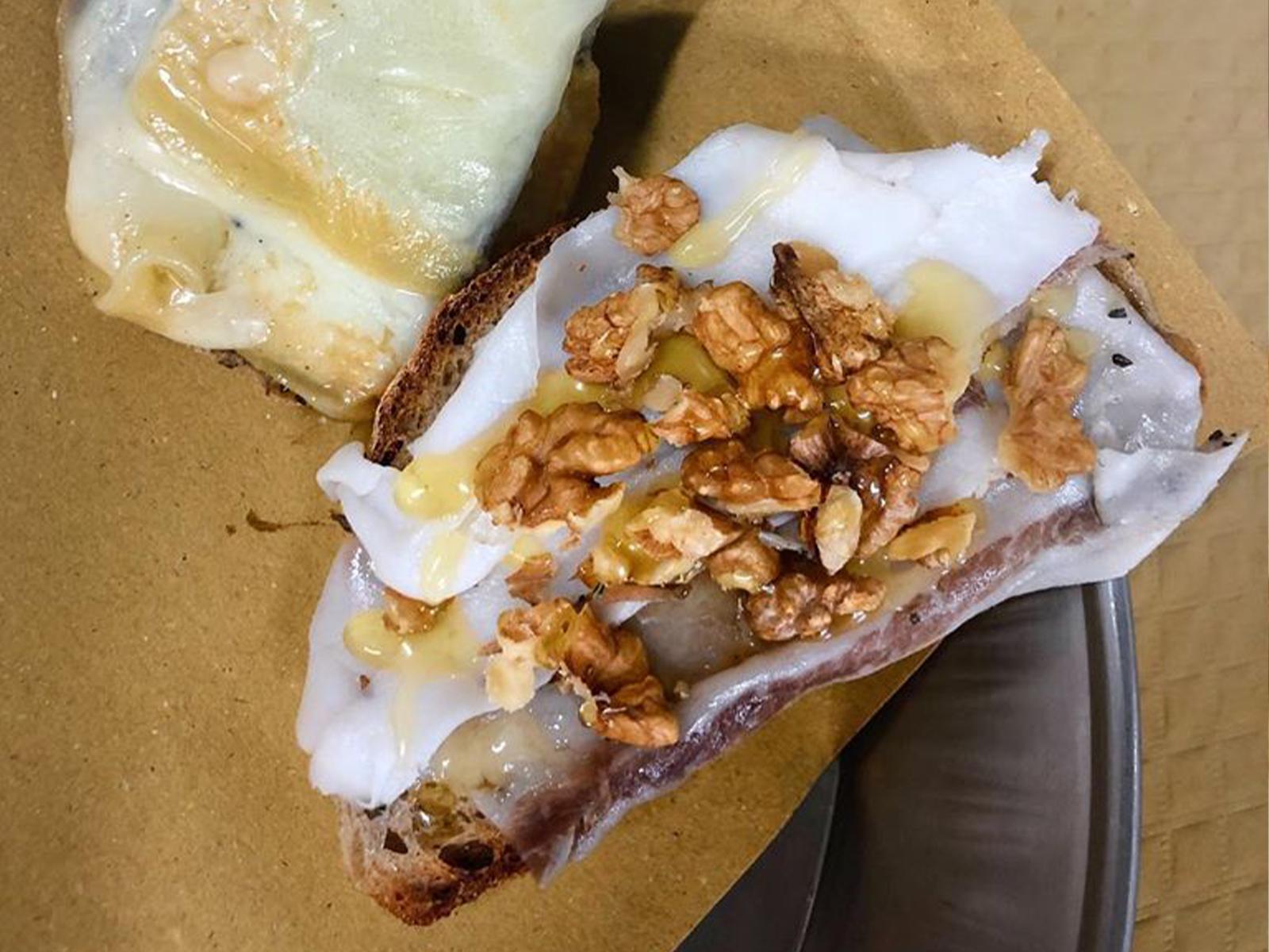 Bruschette con lardo, miele e noci