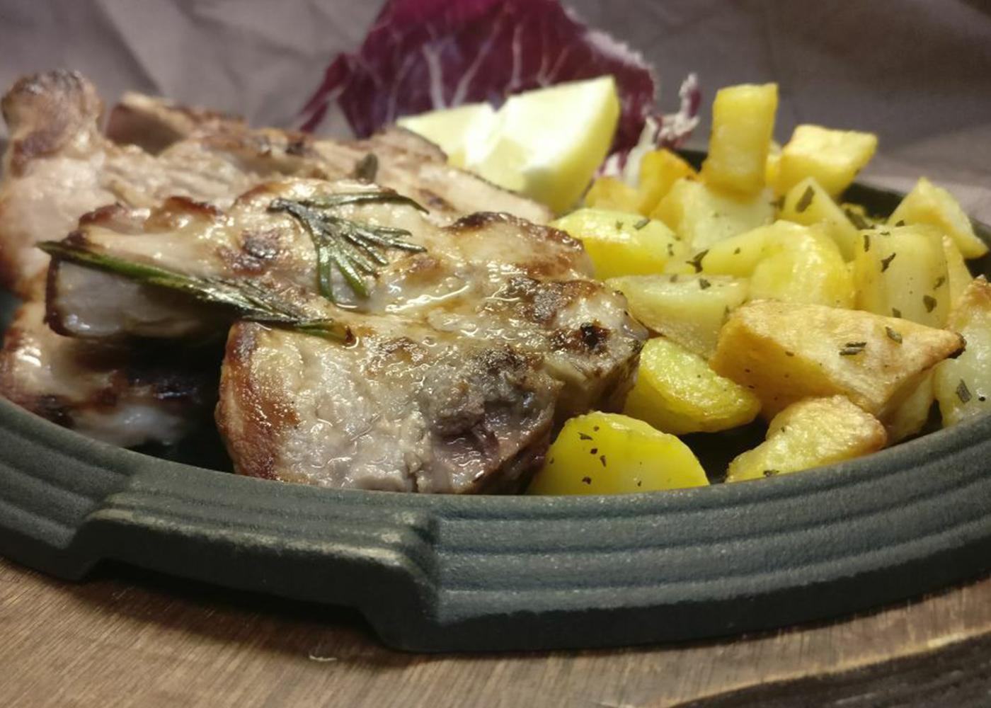Costine di maiale al forno con patate e funghi