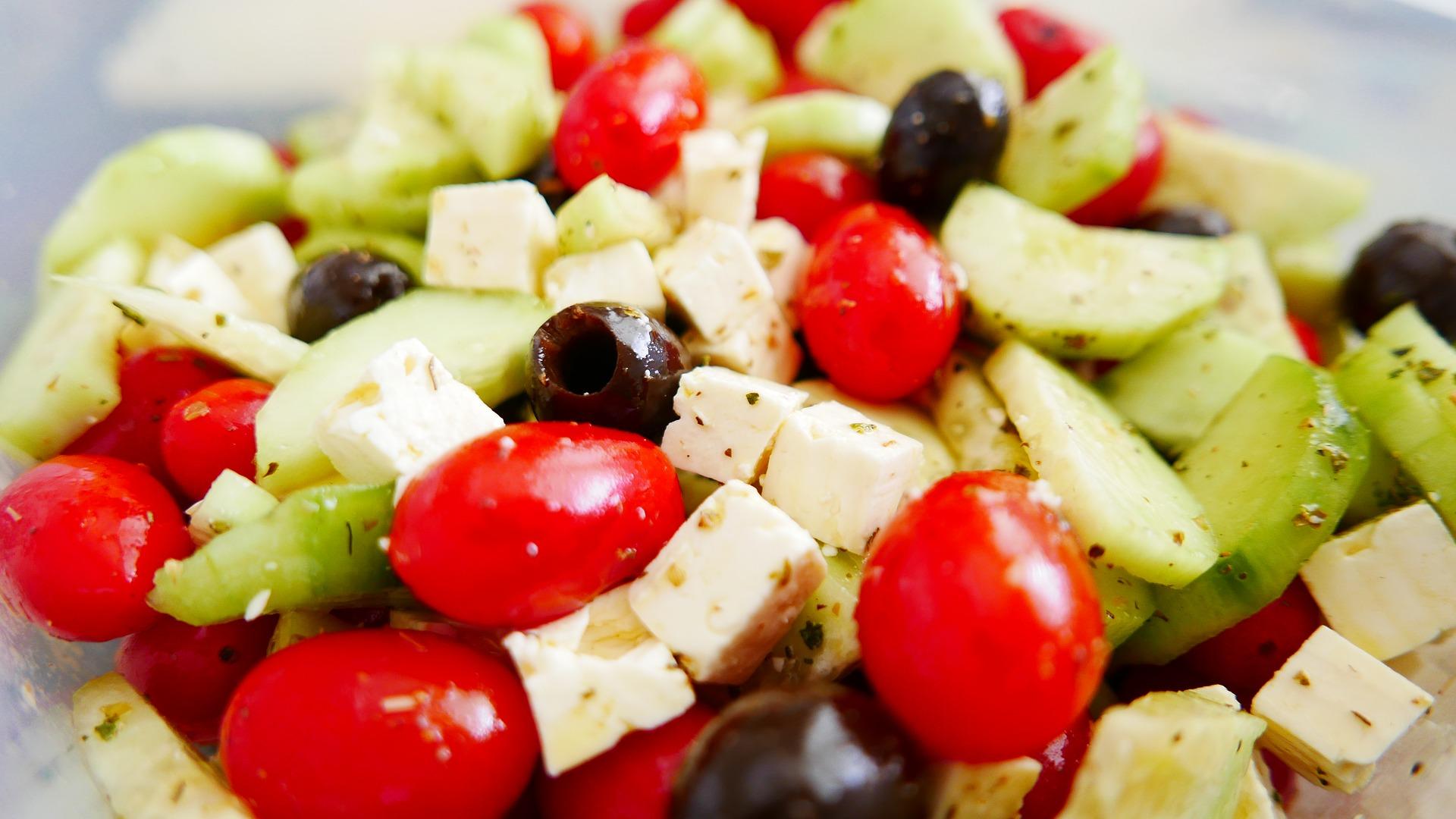Insalata greca con feta e cetrioli ricetta