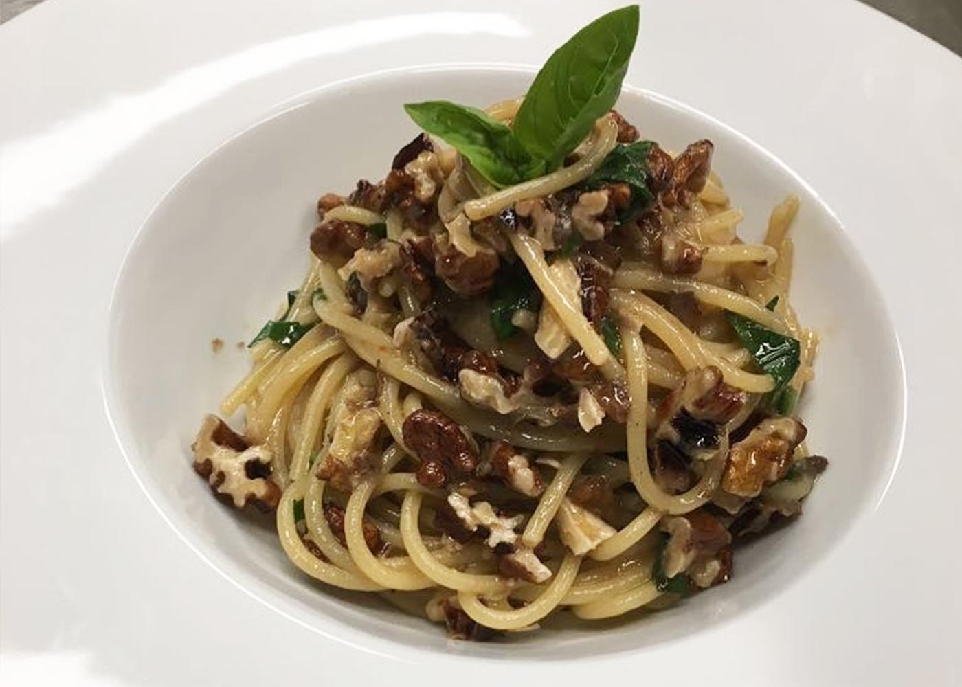 Spaghetti alici e noci e pangrattato