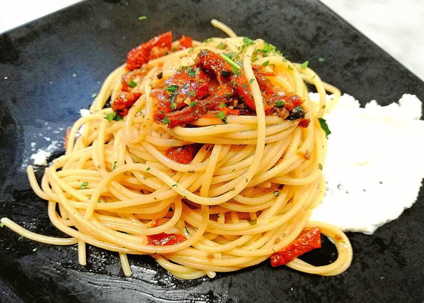 Spaghetti burrata e pomodori secchi