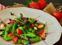 Curry di asparagi e fave con fragole