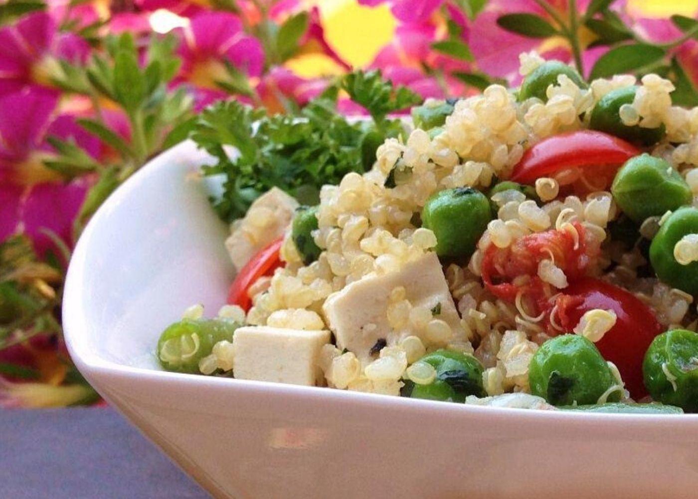 Quinoa con piselli, fagiolini e tofu