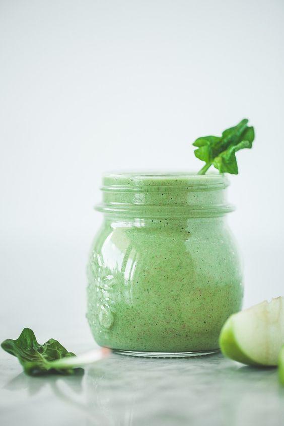 Smoothie agli spinaci, mela e banana