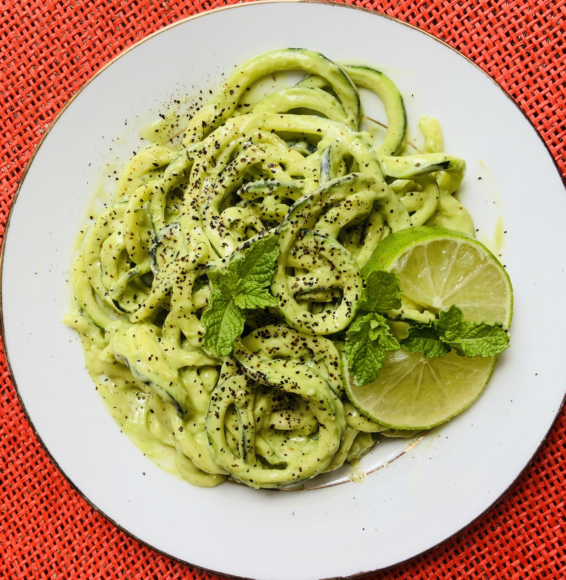 Spaghetti di zucchine con crema di avocado