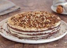 Torta a strati con datteri, cacao e crema al cocco