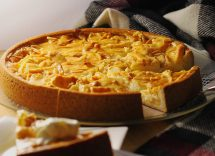 Torta con pesche sciroppate e crema pasticcera