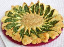 torta salata a forma di fiore con spinaci e ricotta