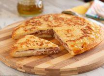 Focaccia di patate in padella con prosciutto cotto e formaggio