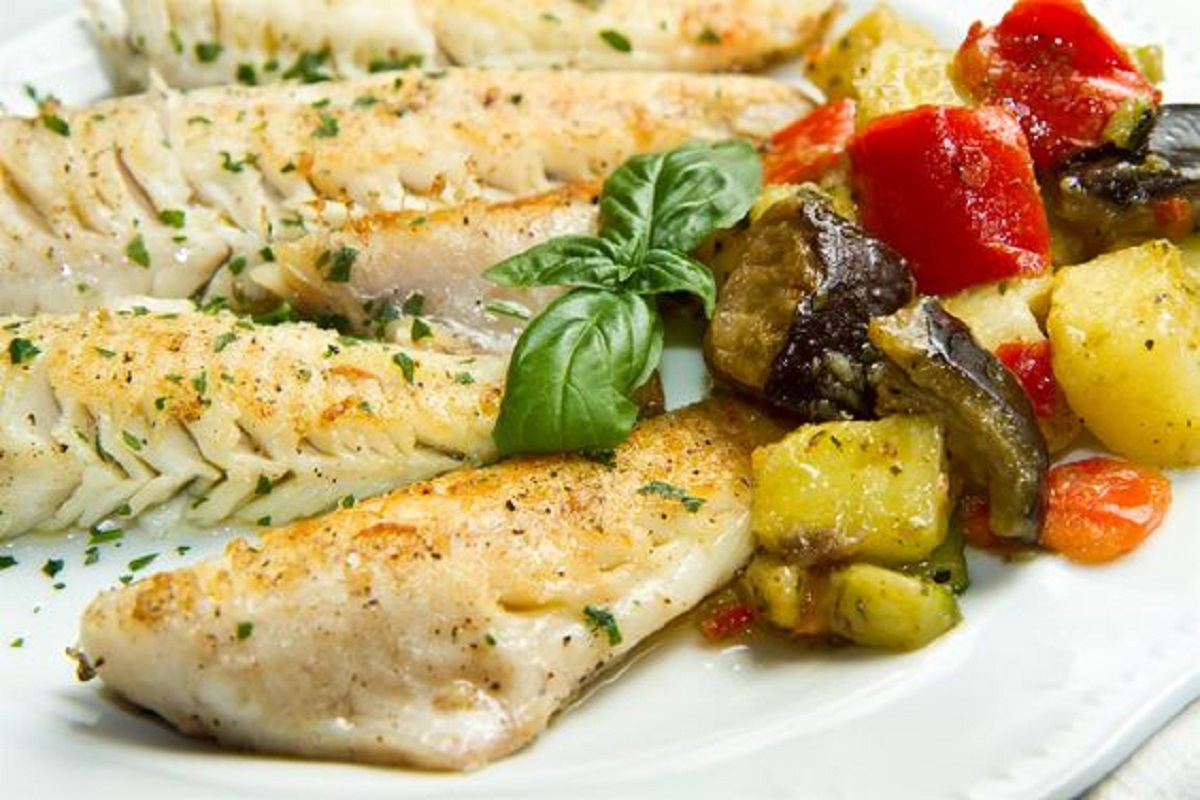 nasello al forno con zucchine e pomodorini