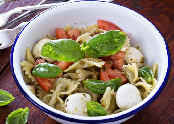 pasta al pesto, pomodori e mozzarella