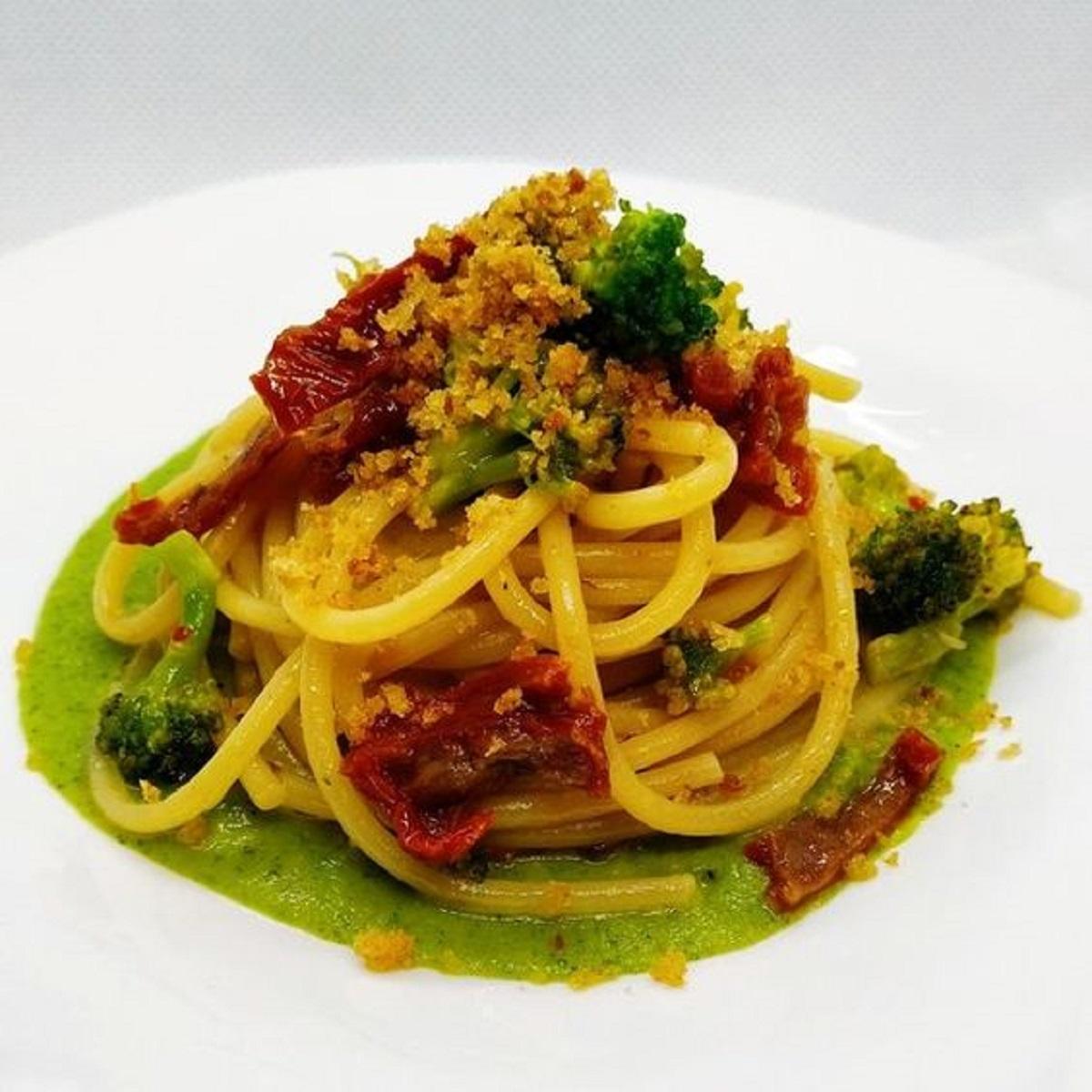 pasta con broccoli acciughe e pomodori secchi