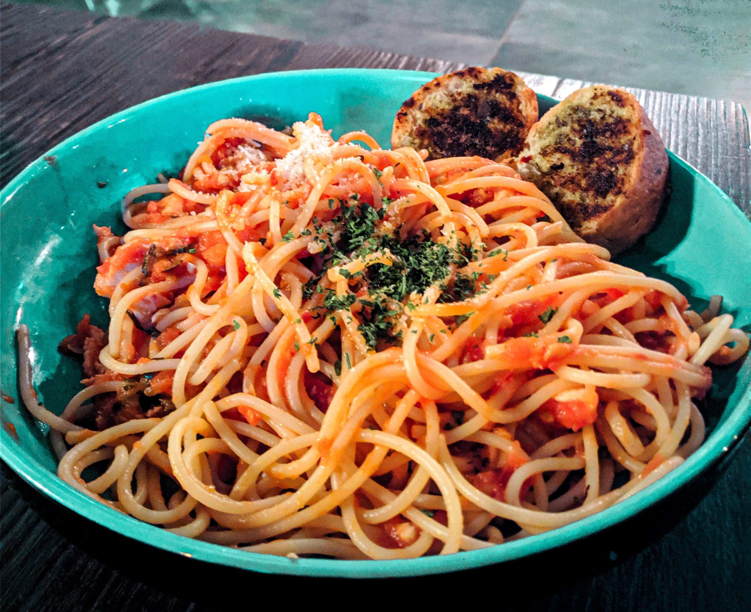 Spaghetti con crema di peperoni pesto e stracciatella