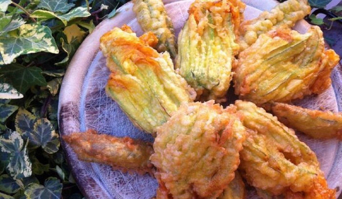 fiori di zucca fritti ripieni di mozzarella e alici