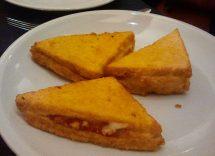 pane fritto con uovo e mozzarella