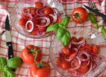 insalata di cipolle rosse e pomodori