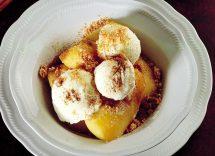 mele caramellate con gelato alla vaniglia
