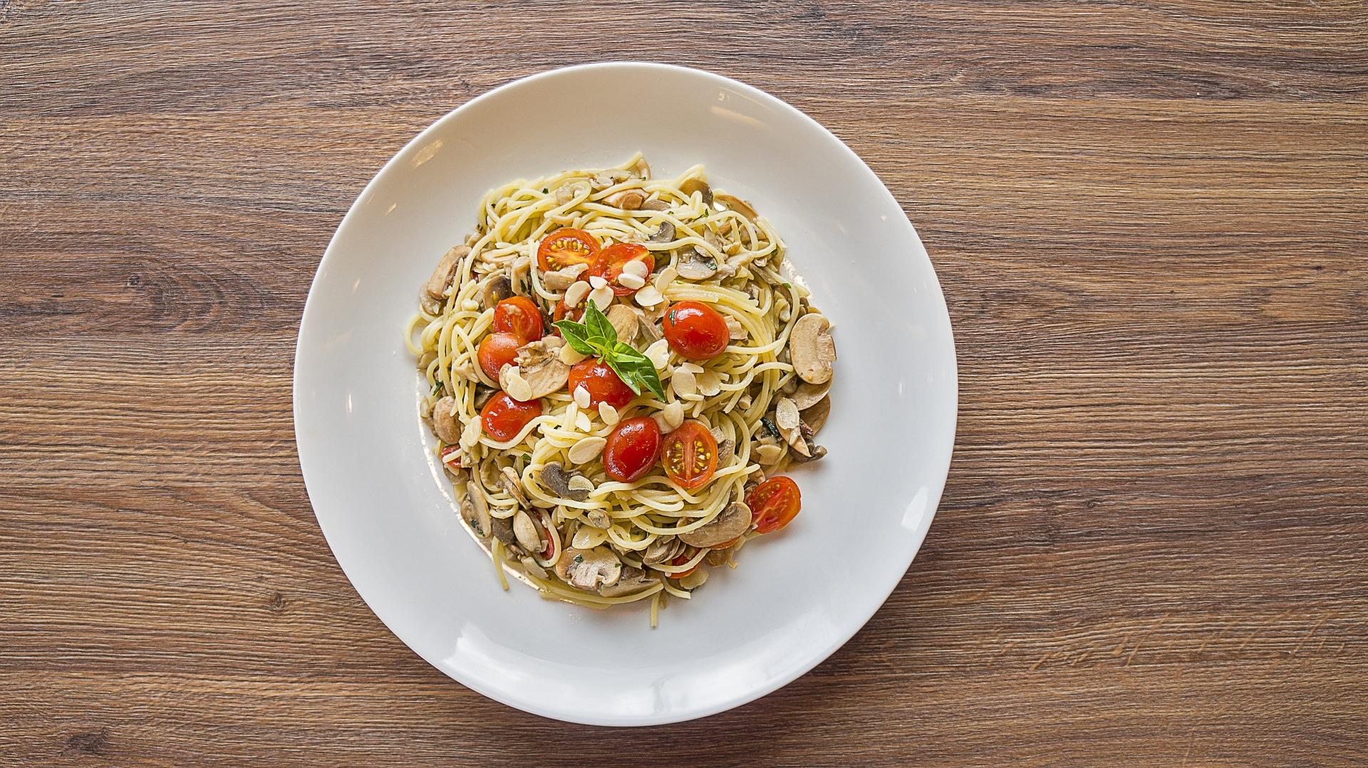 pasta con funghi champignon zucchine e pomodorini