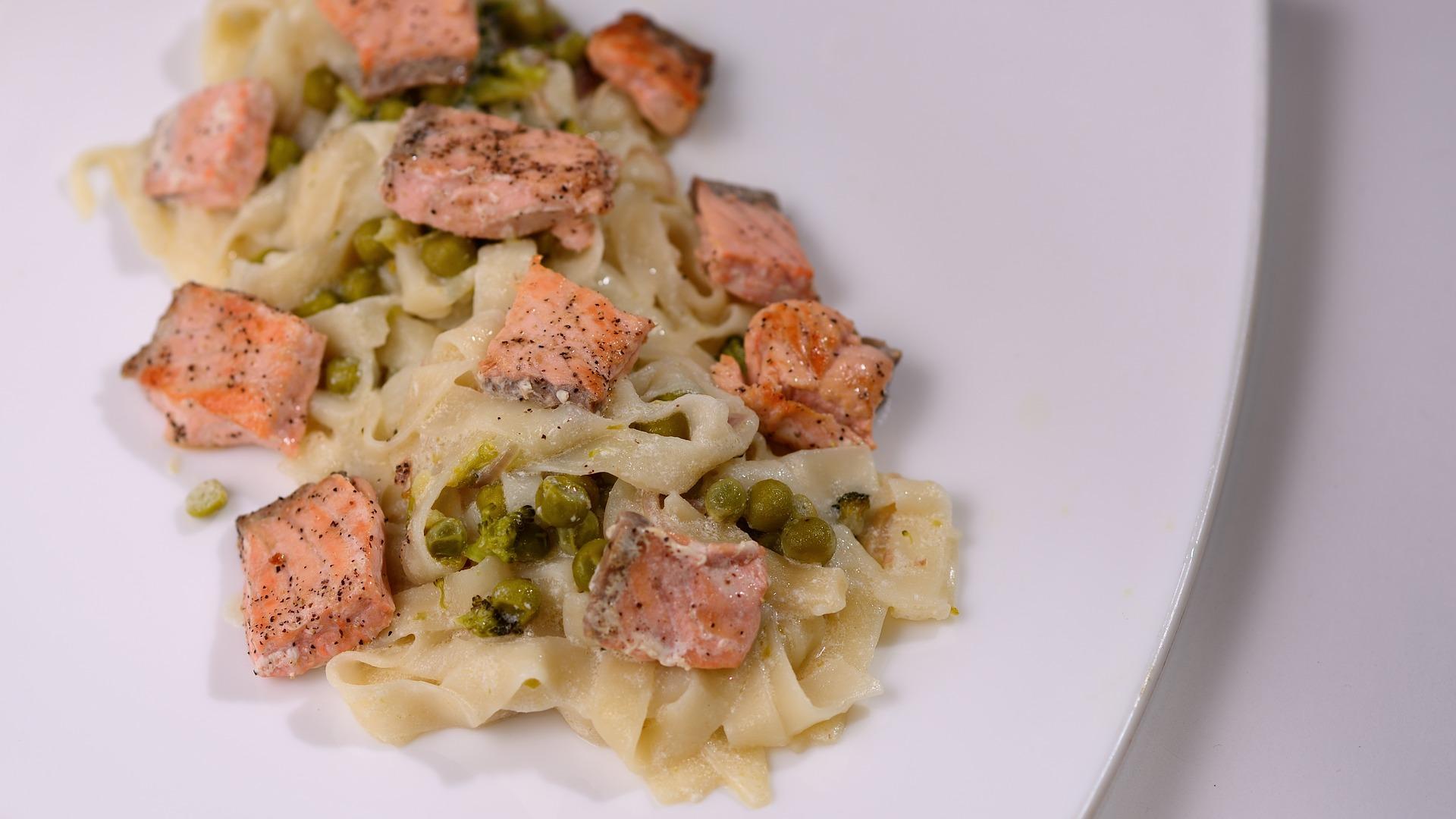 Pasta con salmone gorgonzola pistacchi