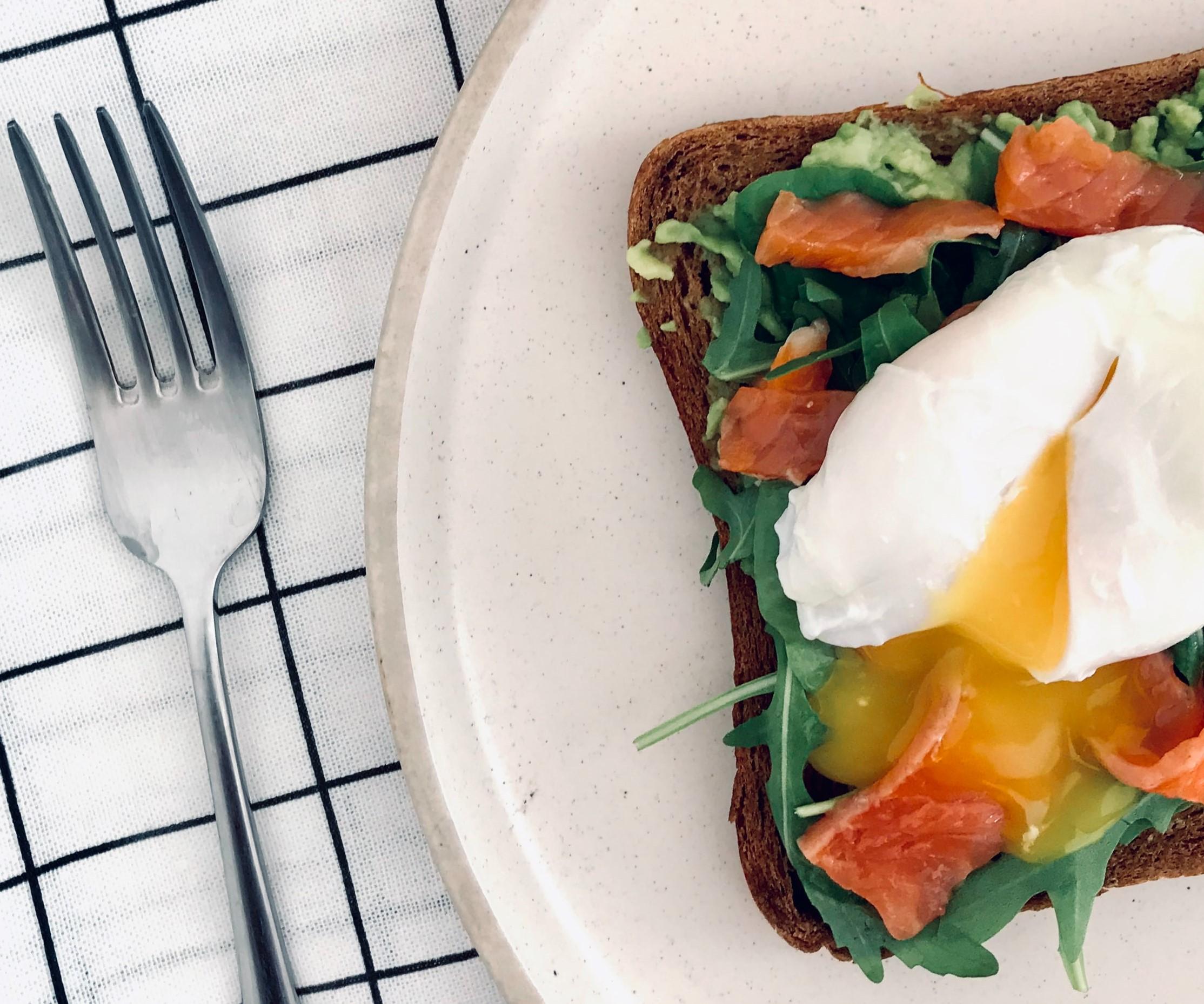 uovo in camicia con avocado e salmone