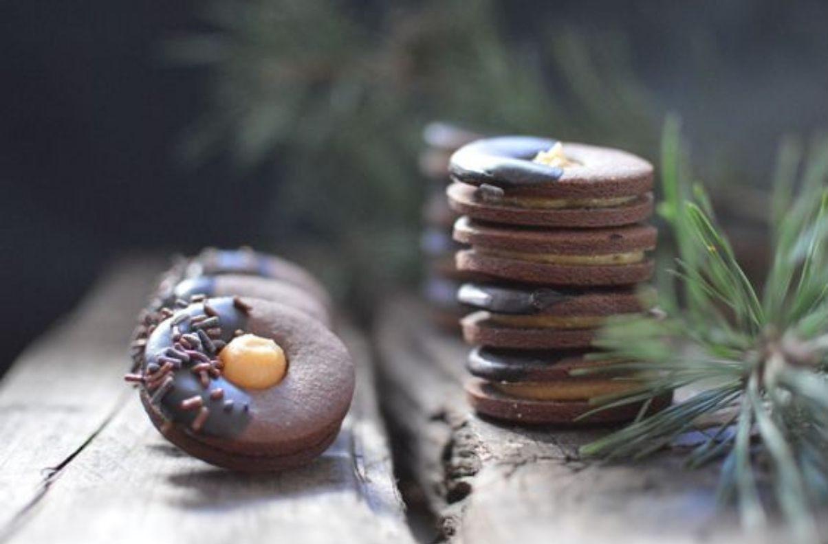 Biscotti sacher al cioccolato e marmellata