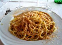 spaghetti al sugo di acciughe