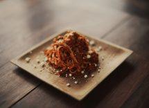 Spaghetti al vino rosso con pecorino e pancetta