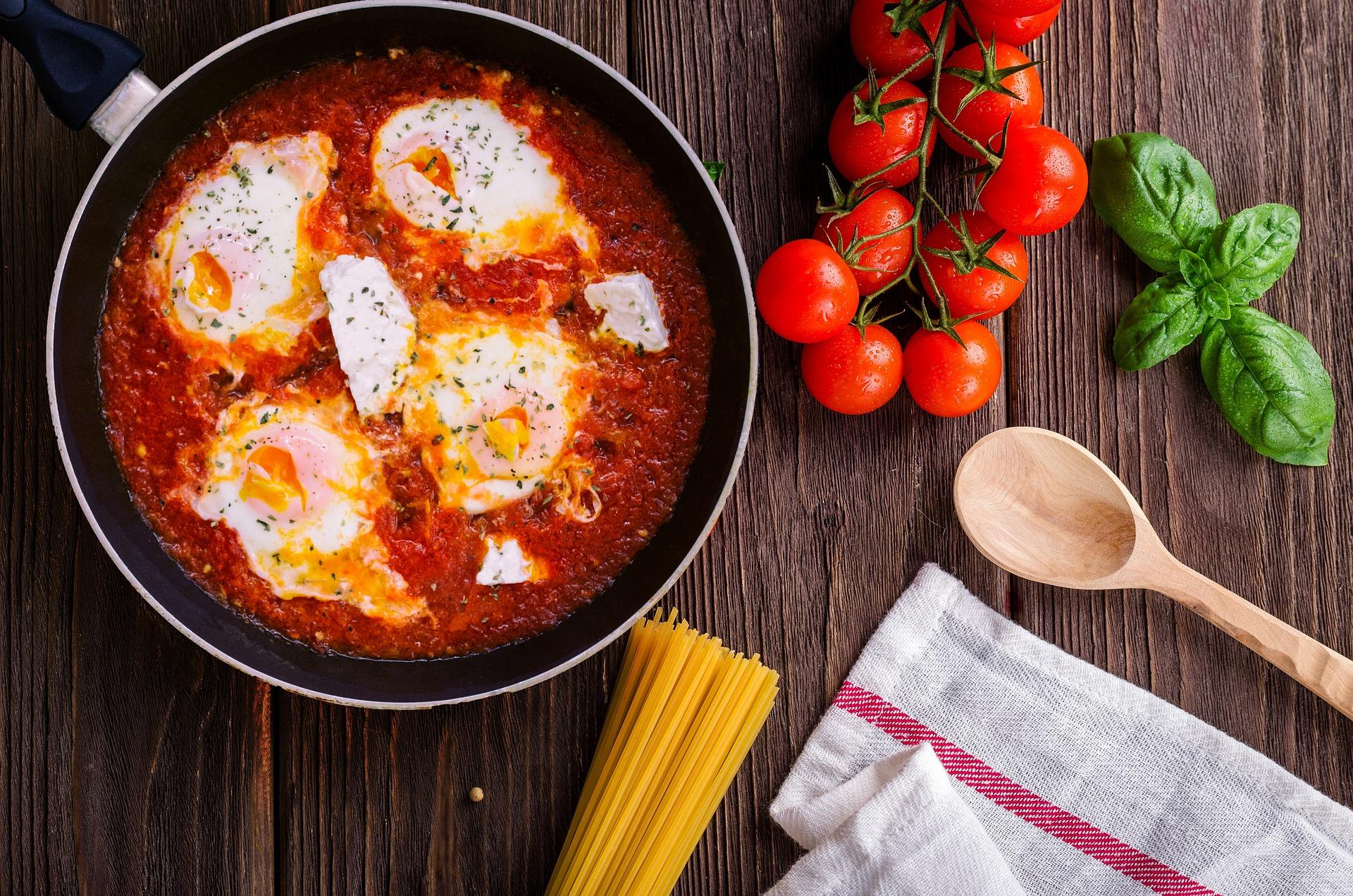 uovo con pomodoro e pane