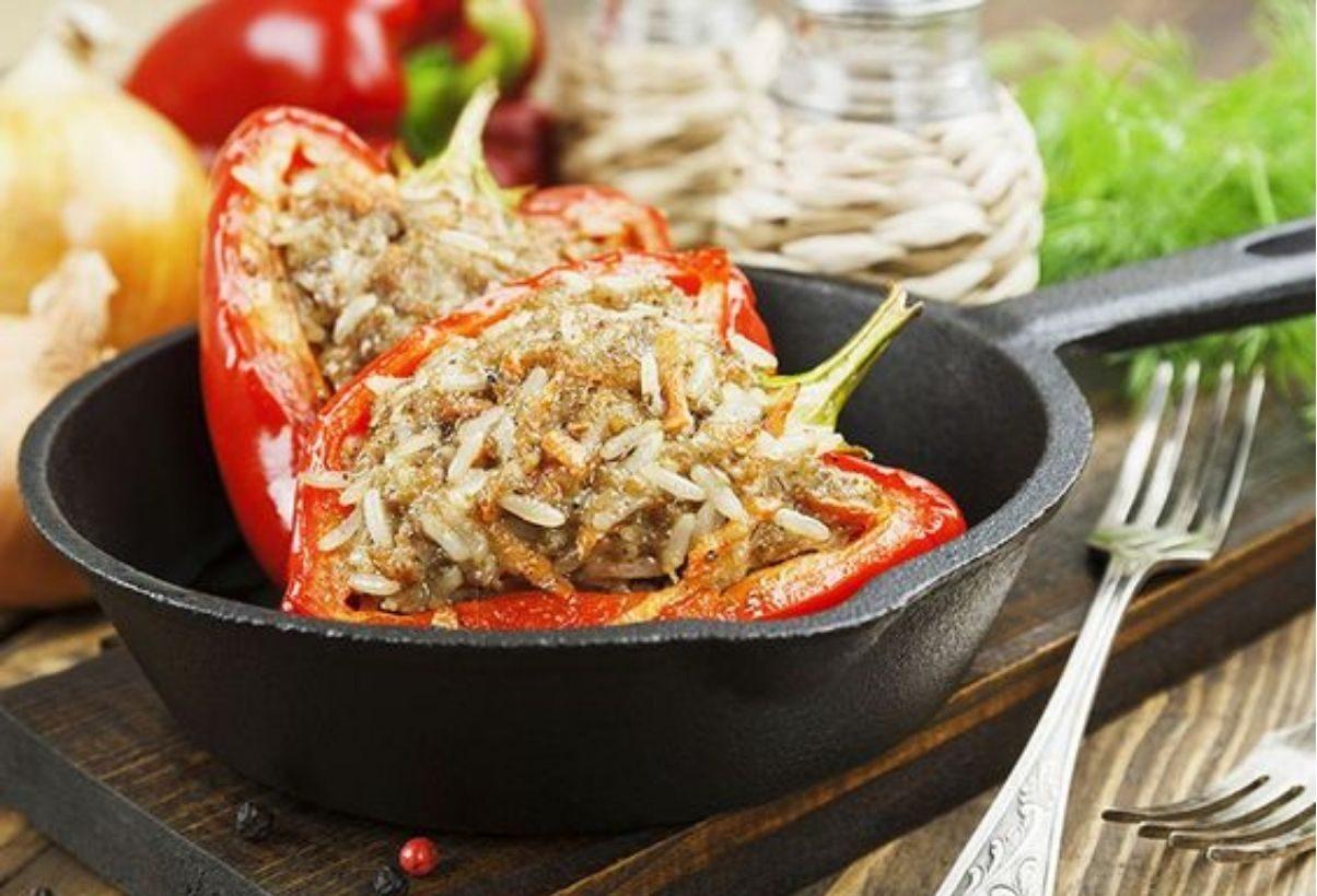 peperoni ripieni di carne in padella con sugo