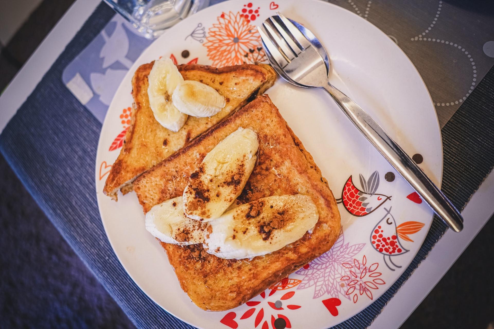 toast con burro di arachidi e banana