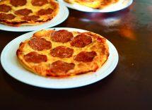 Pizza con patate e salsiccia in padella