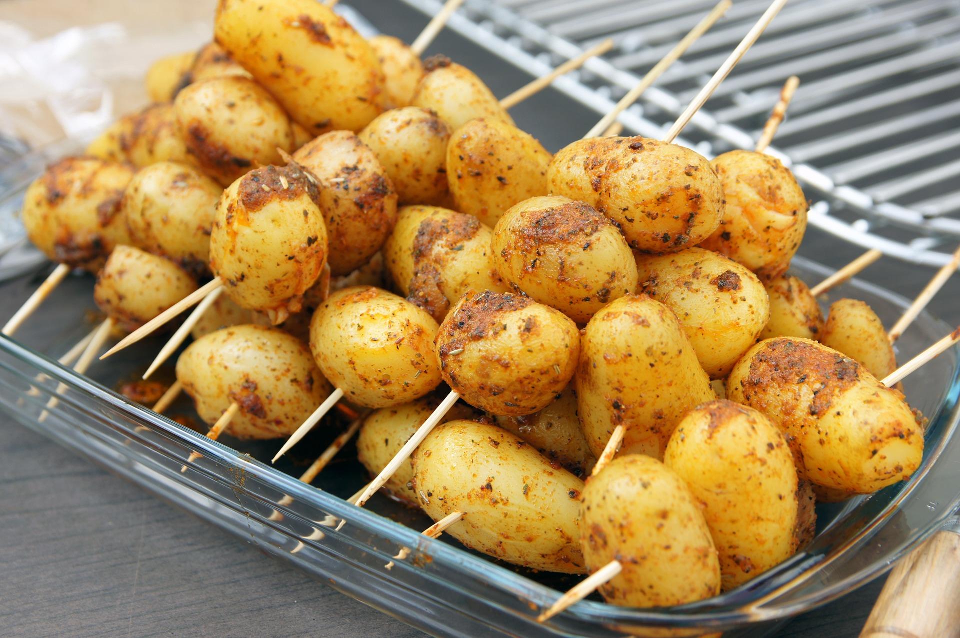spiedini di patate scamorza e speck ricetta
