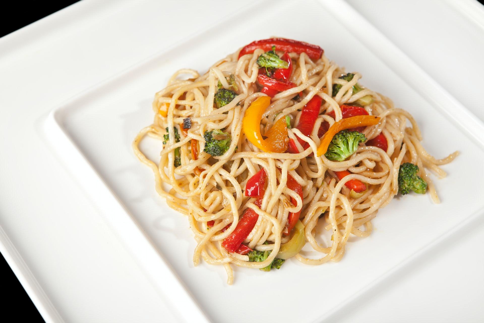 Pasta con peperoni e pancetta: ricetta estiva, sfiziosa e saporita