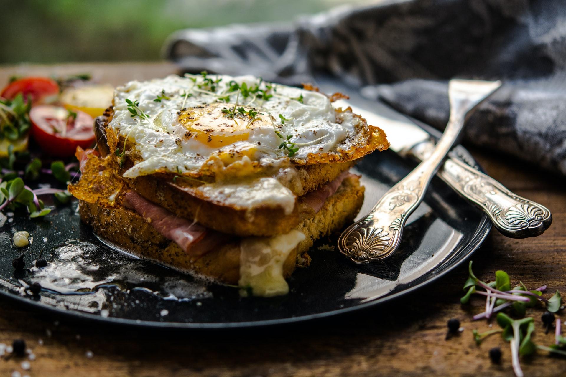 Bruschetta uova formaggio