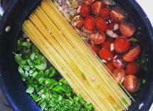 pasta con basilico e pomodorini in una sola pentola