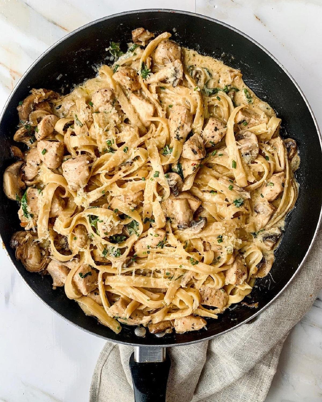 Come fare pasta con pollo e funghi: ingredienti e preparazione