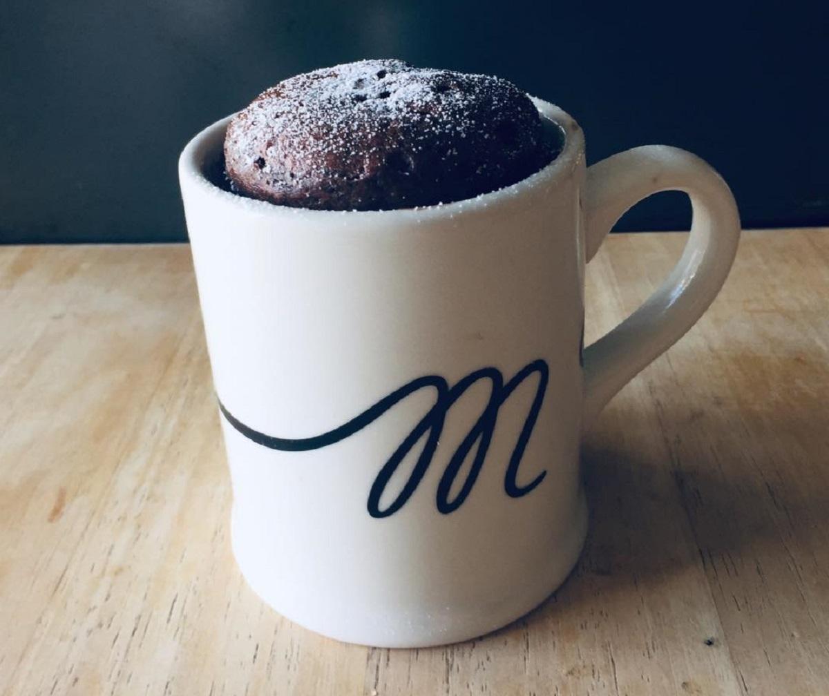 torta in tazza al cioccolato e nocciole