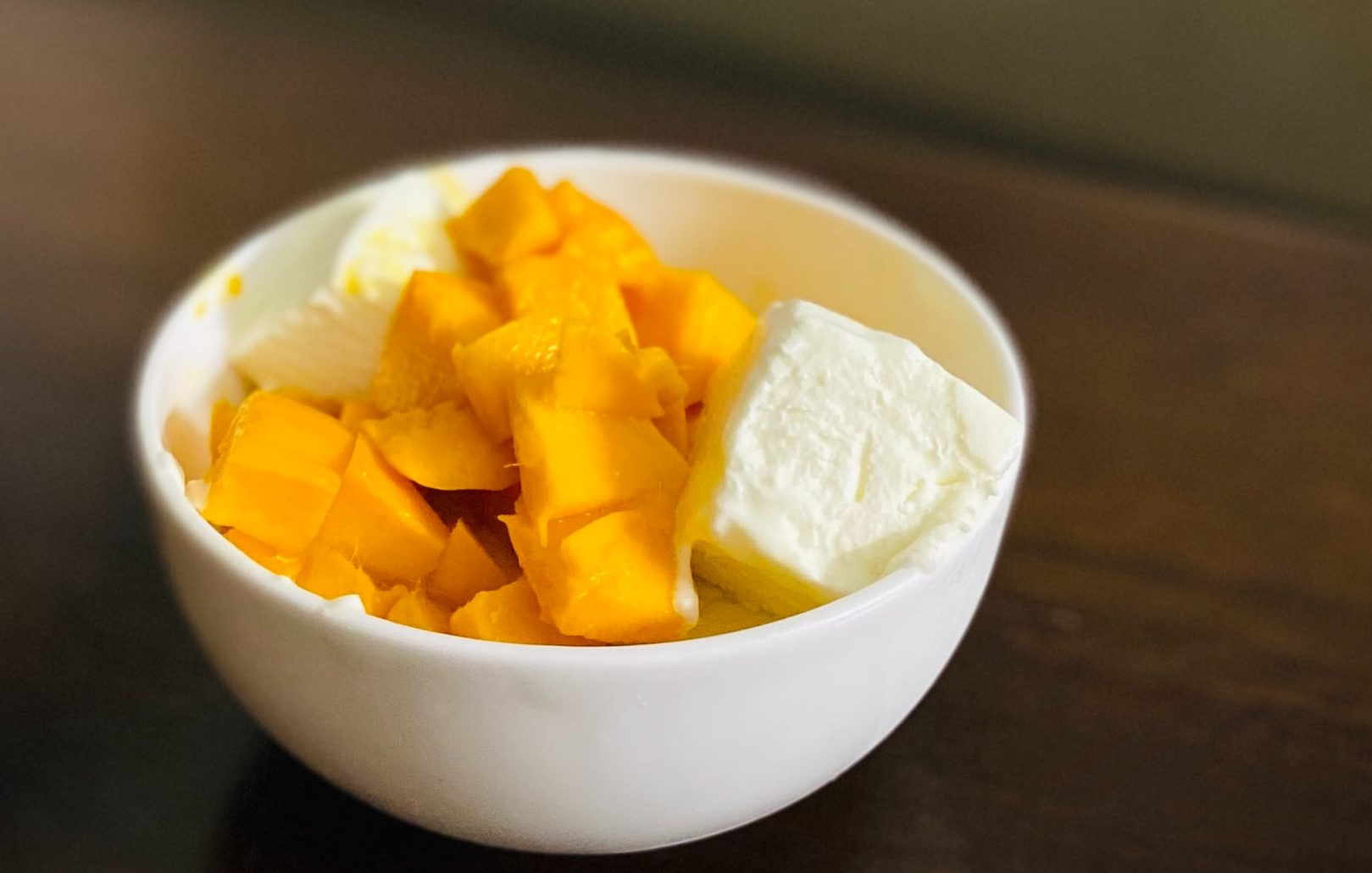 Insalata di barbabietola e mango con formaggio di capra